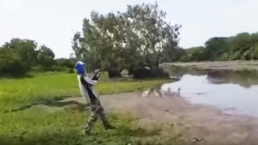 VIDEO: Dos jóvenes pescaban en un río y son sorprendidos por un cocodrilo que se zampa su botín