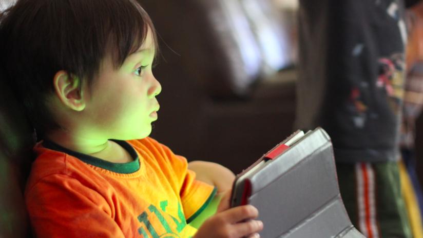 """El uso prolongado de celulares podría desencadenar en los niños una """"epidemia"""" de huesos débiles"""