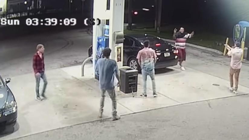 VIDEO: Cuatro jóvenes luchan contra un corpulento ladrón armado y evitan ser robados
