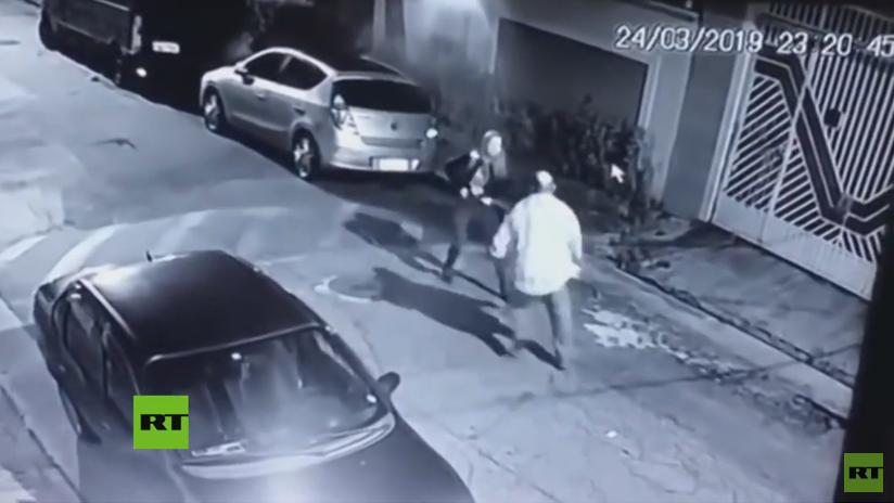 VIDEO: Una policía militar brasileña de paisano mata a tiros a un criminal que trataba de robarla