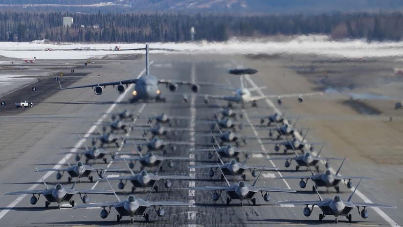Despegue masivo de cazas furtivos estadounidenses en Alaska con aires de guerra (VIDEO)