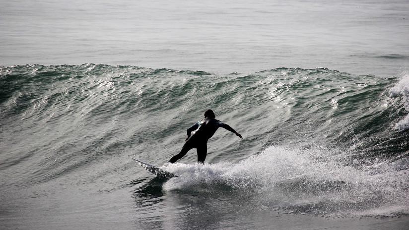 Un rayo mata a la campeona de surf de Brasil mientras entrenaba en la playa