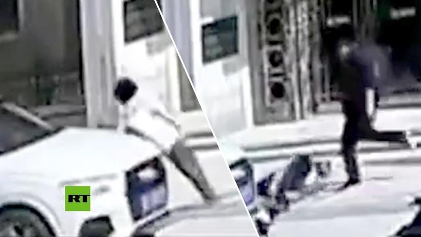 VIDEO: Atropella a una mujer sexagenaria y en vez de disculparse su esposa y él le dan una paliza