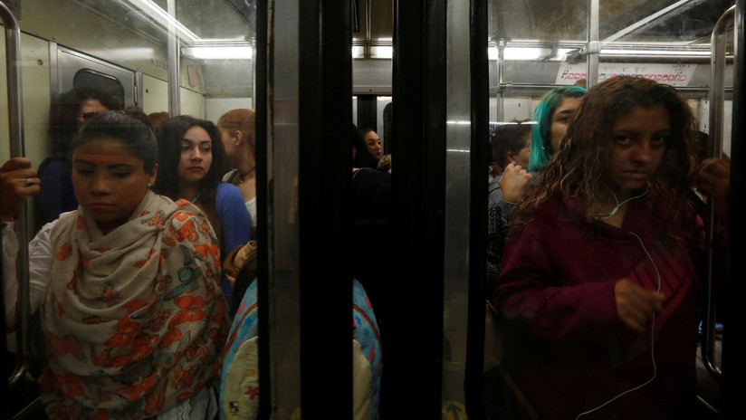 VIDEO: Una mujer propina una golpiza a su presunto acosador en el metro de México y lo entrega a la Policía