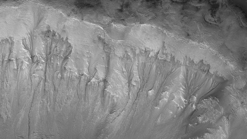 Líneas en cráteres de Marte pueden ser la evidencia de que aún tiene un sistema activo de agua subterránea