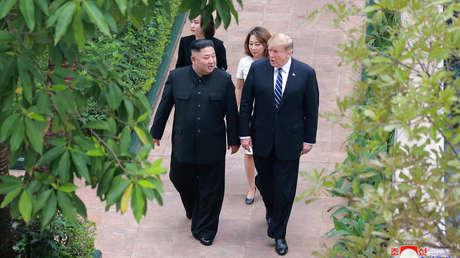 El líder norcoreano, Kim Jong-un, con el presidente estadounidense, Donald Trump, en Hanói (Vietnam).