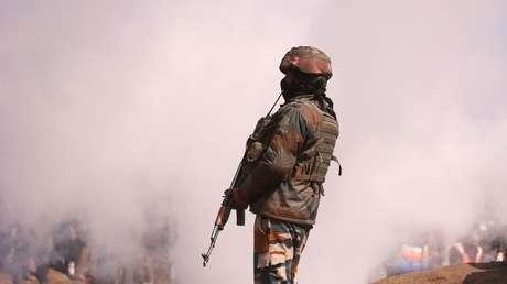 Soldado indio cerca de los restos del helicóptero Mi-17 de la Fuerza Aérea de la India después de que se estrellara en el distrito de Budgam, Cachemira, el 27 de febrero de 2019.