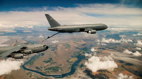 Un Boeing KC-46 abastece de combustible a un C-17 Globemaster III en pleno vuelo.