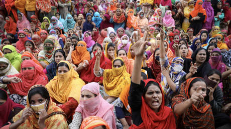 Trabajadoras de la confección protestan por una mejora en los salarios en Daca, Bangladés, el 9 de enero de 2019.