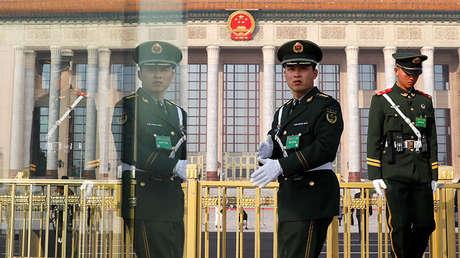 Policías custodian el Gran Salón del Pueblo en Pekín (China), el 4 de marzo de 2019.