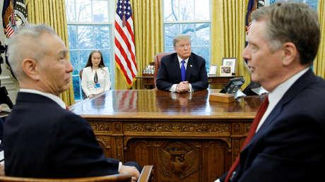 Donald Trump en la reunión con el viceprimer ministro de China, Liu Hu, y el representante para el Comercio de EE.UU., Robert Lighthizer, (a la derecha) en la Casa Blanca, el 22 de febrero de 2019.