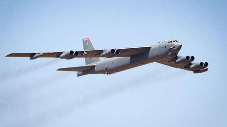 Un B-52 Stratofortress de la Fuerza Aérea de EE.UU. sobrevuela la base aérea de Yelahanka en la India, el 20 de febrero de 2019.