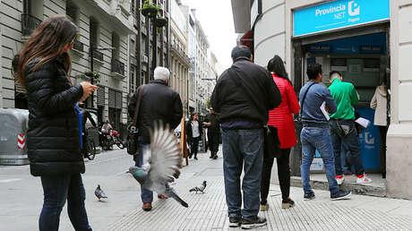 Usuarios hacen cola para pagar sus facturas de servicios públicos en Buenos Aires, Argentina, 1 de octubre de 2018.