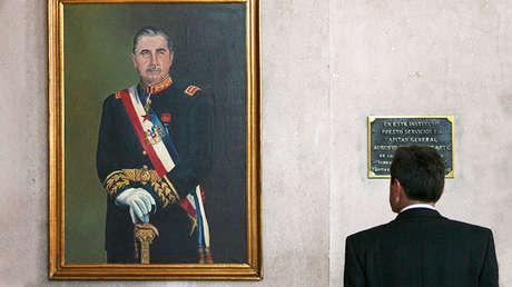 Cuadro del ex dictador Augusto Pinochet, durante su velatorio en el Colegio Militar, el 11 de diciembre del 2006.