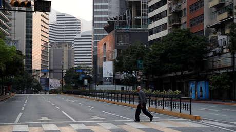 Un hombre camina por Caracas durante el apagón eléctrico, 8 de marzo de 2019