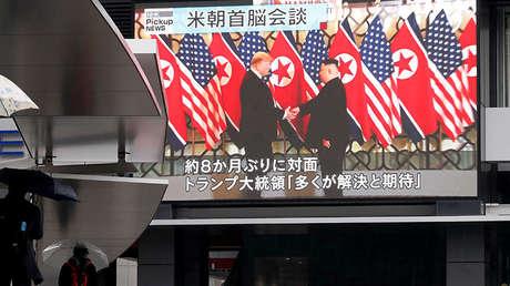 Una pantalla muestra un momento de la cumbre entre Donald Trump y Kim Jong-un.