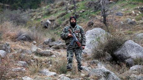 Un soldado paquistaní después de los ataques aéreos de la India el 26 de febrero en la aldea de Jaba, cerca de Balakot (Pakistán), el 7 de marzo de 2019.
