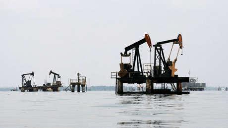Extracción petrolera en el Lago Maracaibo, Lagunillas (Venezuela).