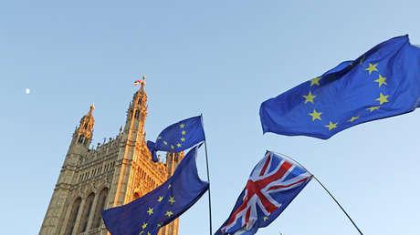 Banderas del Reino Unido y de la UE frente al Parlamento británico en Londres (Reino Unido), 14 de febrero de 2019