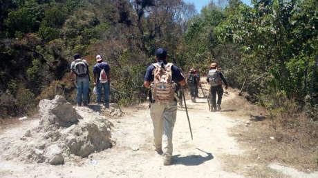 Voluntarios y personal de seguridad durante la búsqueda de la joven británica.
