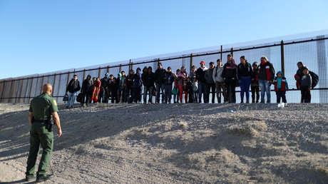 Un grupo de migrantes centroamericanos al entregarse a la Patrulla Fronteriza de  Estados Unidos, en El Paso, Texas, el 6 de marzo de 2019.