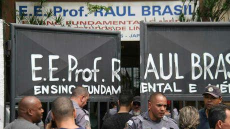 Policías custodian la entrada a la Escuela Estatal Raul Brasil en Suzano, Brasil, el 13 de marzo del 2019.