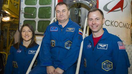 El cosmonauta ruso Alexéi Ovchinin y los astronautas estadounidenses Christina Koch y Nick Huge.