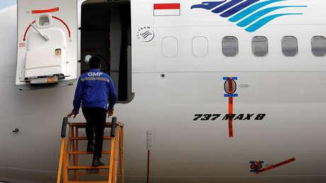 Un técnico entra a revisar un Boeing 737 Max 8, Yakarta, Indonesia, 13 de marzo de 2019.