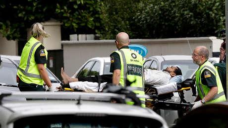 Paramédicos trasladan a un hombre herido en la mezquita de Christchurch, Nueva Zelanda, 15 de marzo de 2019