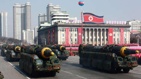 Misiles balísticos intercontinentales durante un desfile militar en Pionyang, Corea del Norte