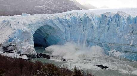Aguas del lago Argentino abren un túnel en el glaciar Perito Moreno, el 7 de junio de 2008