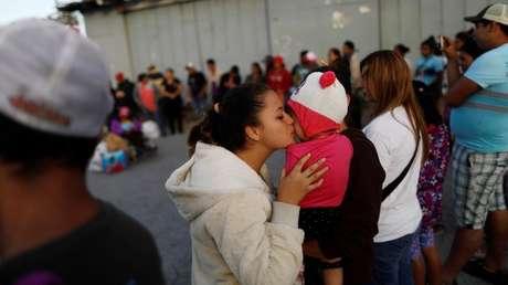 Una inmigrante besa a un bebé en Tijuana, México. Imagen ilustrativa