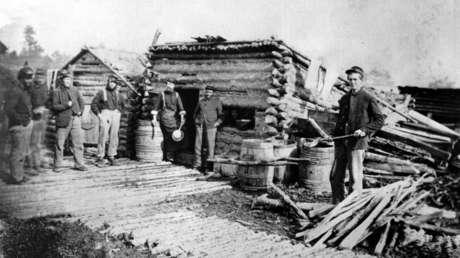 Soldados federales, incluido un antiguo esclavo, frente a las chozas cerca de Fredericksburg, Virginia, durante la Guerra de Secesión en EE.UU. (1861-1865), sin fecha exacta