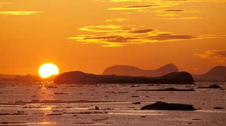 Puesta de sol en la península Antártida.