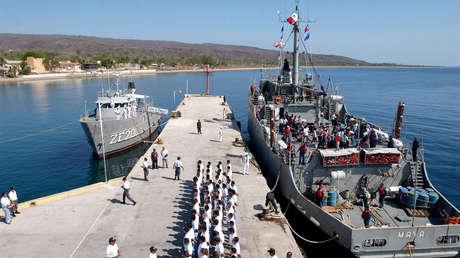 Reclusos recién llegados en el muelle de la prisión federal Islas Marías, en una imagen del 12 de mayo de 2005.