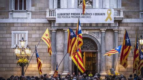 Manifestantes con banderas frente al palacio del Gobierno catalán. Barcelona, 19 de marzo de 2019.