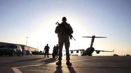 Un soldado monta guardia en la base aérea de Kandahar (Afganistán), 2013.