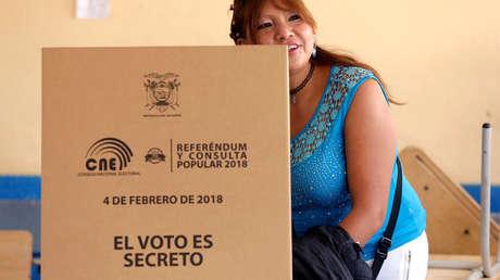 Una mujer vota en Quito, Ecuador, durante la consulta popular del 4 de febrero de 2018.