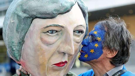 Un manifestante anti-Brexit y otro disfrazado de Theresa May, Bruselas, Bélgica, 21 de marzo de 2019.