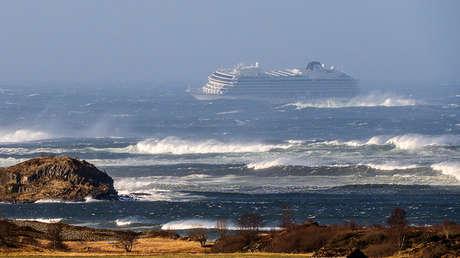 El crucero averiado Viking Sky a medida que se desplaza en las costas de Noruega, el 23 de marzo de 2019.