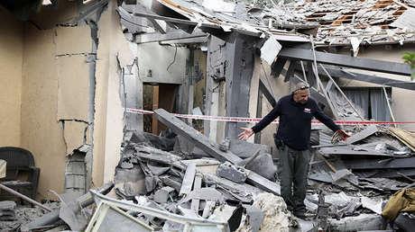 Un zapador de la Policía israelí inspecciona la casa atacada cerca de Tel Aviv, Israel, el 25 de marzo de 2019