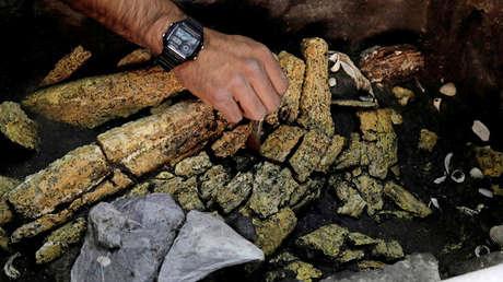 Un arqueólogo del Instituto Nacional de Antropología e Historia (INAH), trabaja en la excavación de una caja de piedra. Ciudad de México, el 14 de marzo de 2019.