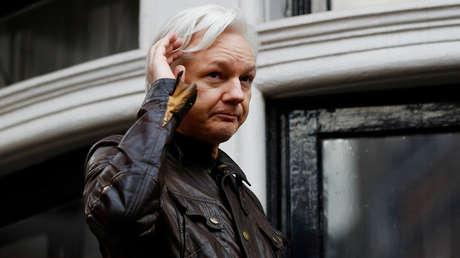 Julian Assange en el balcón de la Embajada de Ecuador en Londres, Gran Bretaña, 19 de mayo de 2017.