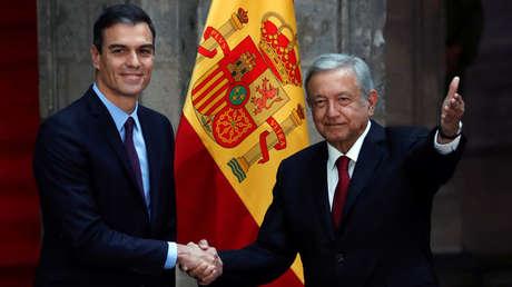 El presidente del Gobierno de España, Pedro Sánchez, y el presidente de México, Andrés Manuel López Obrador, se saludan durante una reunión en la Ciudad de México, el 30 de enero de 2019