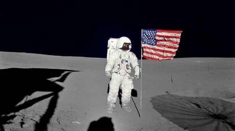 El astronauta de la NASA Edgar Mitchell junto a la bandera de EE.UU. en la Luna, el 5 de febrero de 1971.