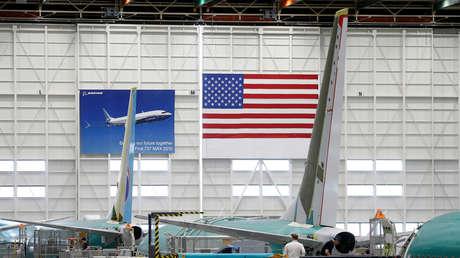 Empleados trabajando con un 737 MAX en una fábrica de Boeing en Renton (Washington, EE.UU.). 27 de marzo de 2019.