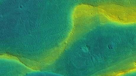 Cauce seco de un río en Marte: el color amarillo indica las áreas más elevadas.