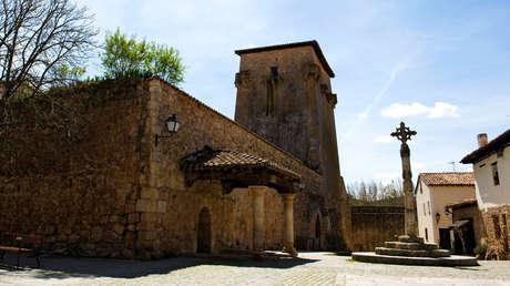 Plaza en el Torrejón de Fernán González, en el pueblo medieval de entramado de madera de Covarrubias, Burgos, España.