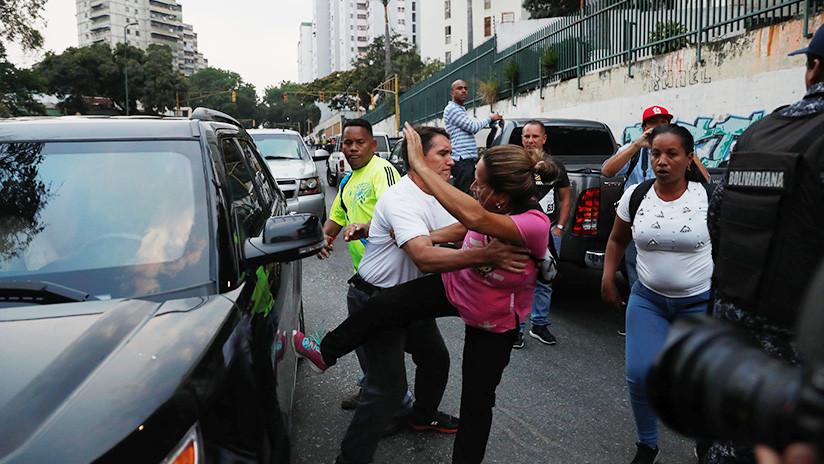 """""""¿Qué clase de dictadura es esta?"""" Un periodista habla sobre los policías venezolanos que protegieron a Juan Guaidó"""