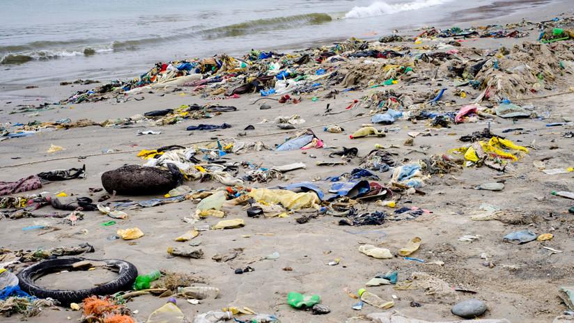 VIDEO: Las impactantes imágenes que muestran cómo llegan kilos de plástico a una playa española